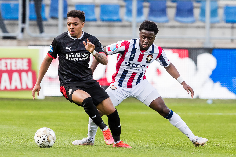 PSV-speler Donyell Malen wordt door Leeroy Owusu op de hielen gezeten.