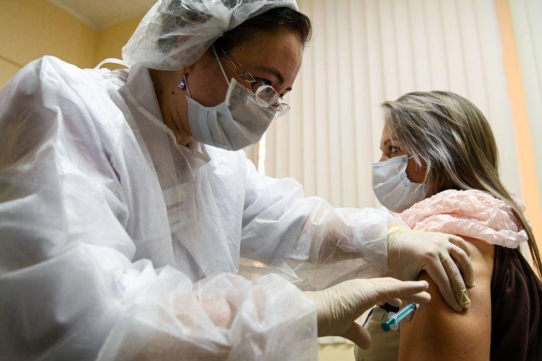 Het vaccin gaat naar leraren, medisch personeel en mensen die door hun werk risico lopen. Beeld AFP