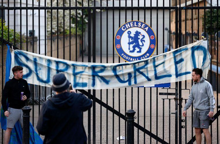 Fans van Chelsea protesteren voor Stamford Bridge tegen de plannen voor een Super League. Beeld AFP