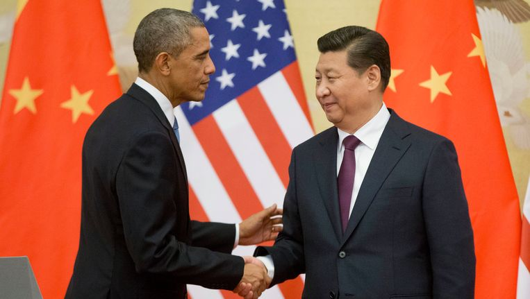 President Barack Obama shakes hands with Chinese President Xi Jinping at a conference at the Great Hall of the People in Beijing. Beeld AP
