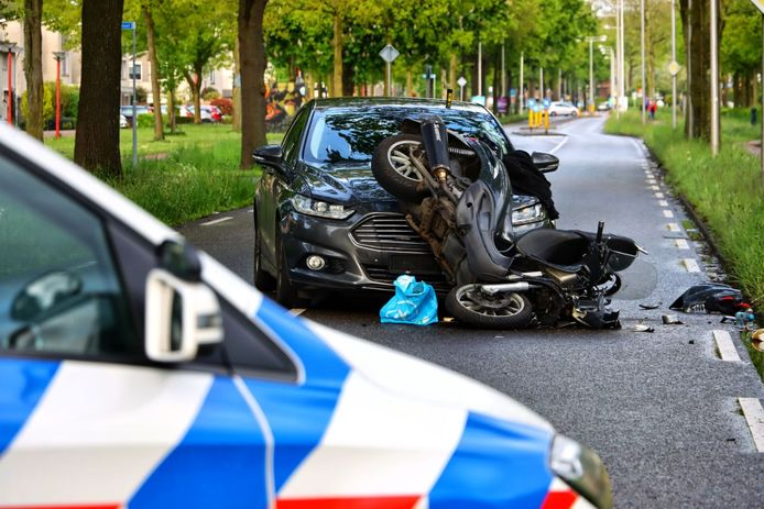 Op de Broekheurnerrondweg in Enschede is een undercover politieauto zondag aan het begin van de avond op een scooter gebotst. De scooterrijder kwam ten val en is per ambulance overgebracht naar het ziekenhuis.