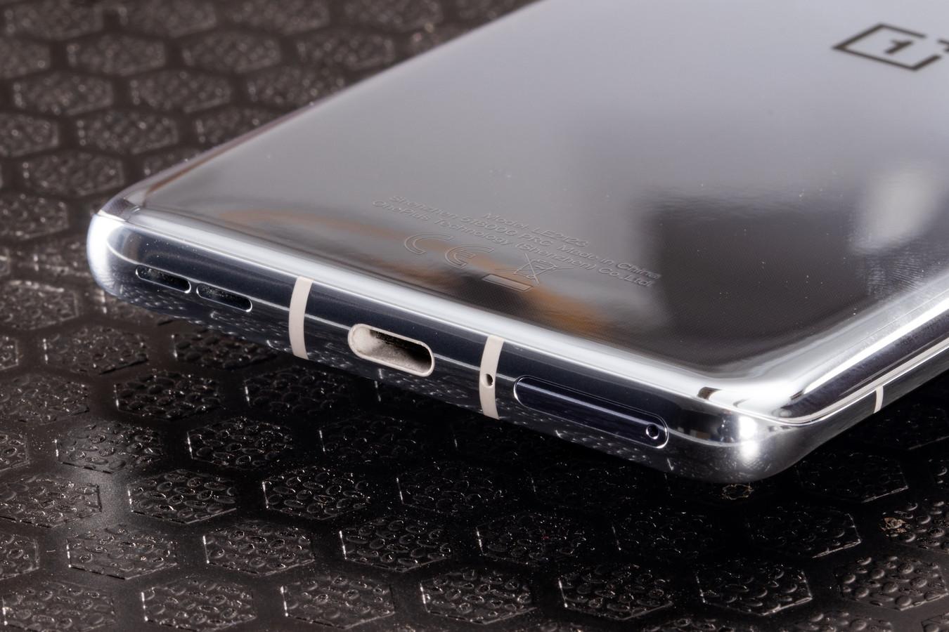 De oplaadpoort van een telefoon is een echte stofmagneet.