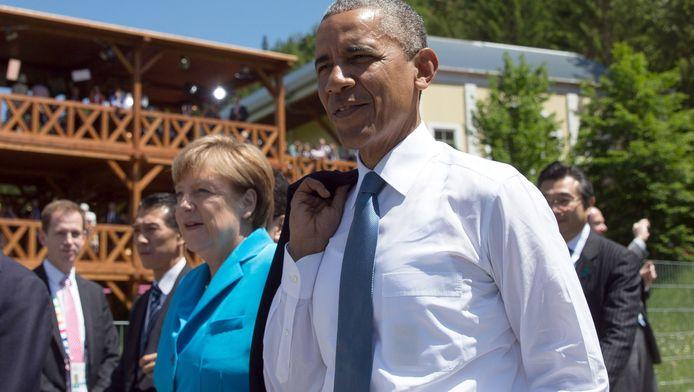 Angela Merkel en Barack Obama wandelen samen door de Beierse plaats Elmau.