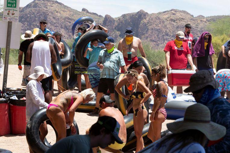 Drukte op de Salt River in Arizona, een staat die zwaar geraakt wordt door het coronavirus. Het aandeel Amerikanen dat denkt dat de coronapiek voorbij is, neemt toe. Beeld REUTERS