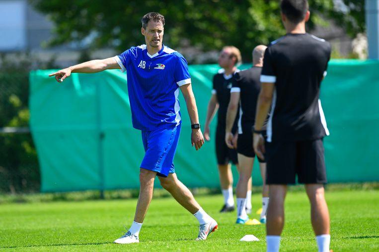 Oostende-trainer Blessin leidt zijn troepen. Zijn nieuwe club zal – anders dan de meeste – wel al voor publiek spelen. Beeld Photo News