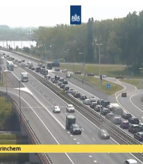 Lange file op A27 bij Gorinchem door auto met pech en wegwerkzaamheden