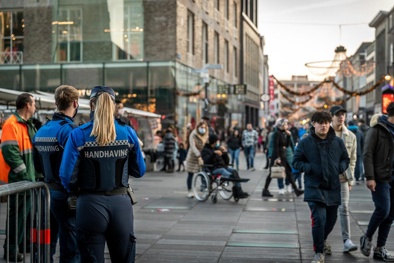 Het centrum van Eindhoven moest zaterdagmiddag om 16.00 uur dicht vanwege de drukte. Er waren veel handhavers en politiemensen op de been.