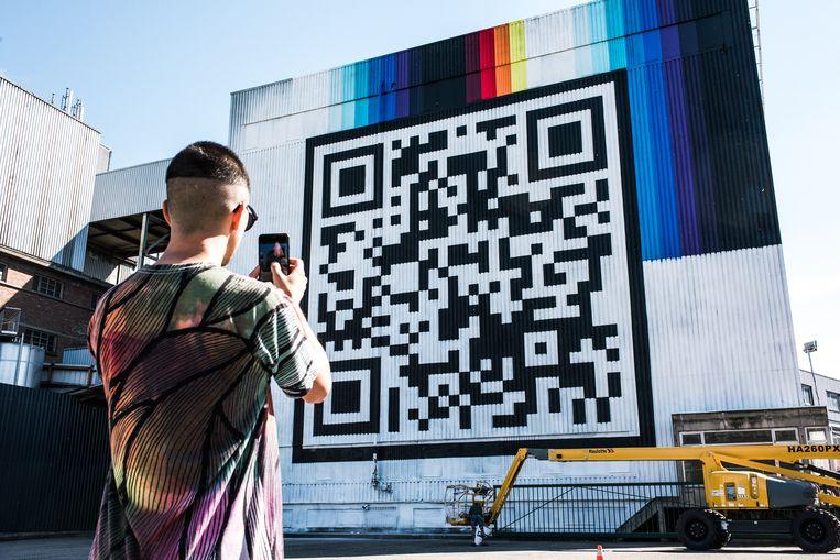 De Spaanse street artist Felipe Pantone bij zijn werk in Hasselt. Beeld tine schoemaker