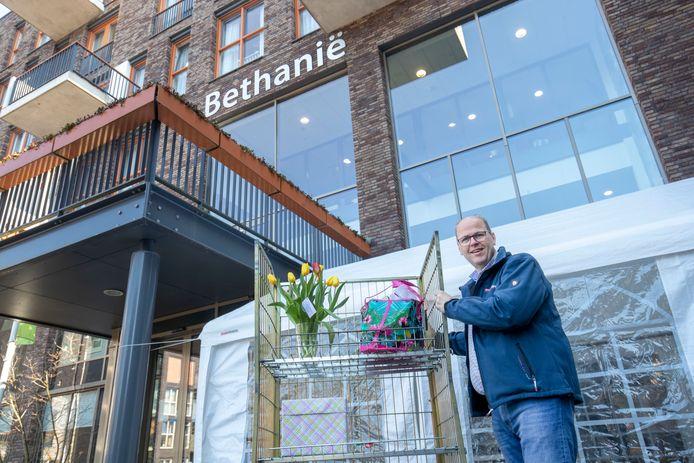 Ben van Gils van Woon- Zorg en Dienstencentrum Bethanië bij de tent die is neergezet waar bezoekers hun cadeau's en bloemen kunnen achterlaten.