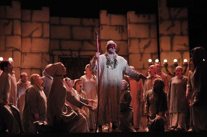 Het Grote Theater Lodz uit Polen speelt de opera 'Nabucco'.