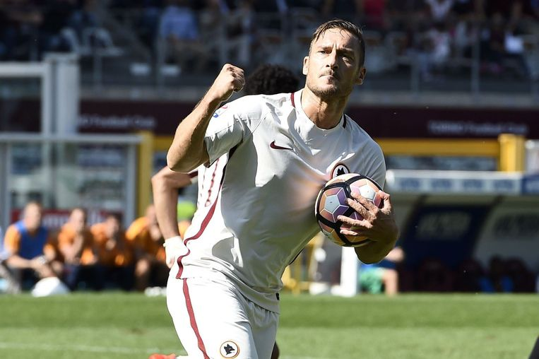 Francesco Totti maakte voor AS Roma zijn 250ste treffer in de Serie A. Dinsdag viert hij zijn veertigste verjaardag. Beeld photo_news