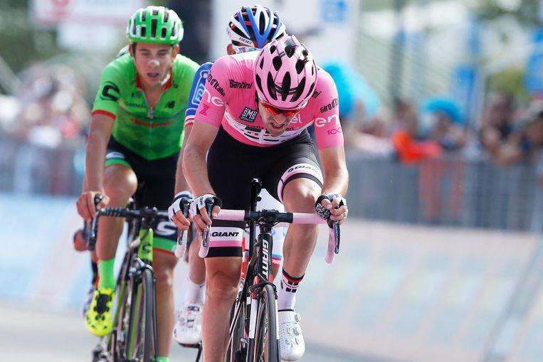 Dumoulin finisht en verliest de roze trui. Hij staat nu tweede op 38 seconden van Nairo Quitana. Nibali staat weer vijf seconden achter Dumoulin. Beeld anp