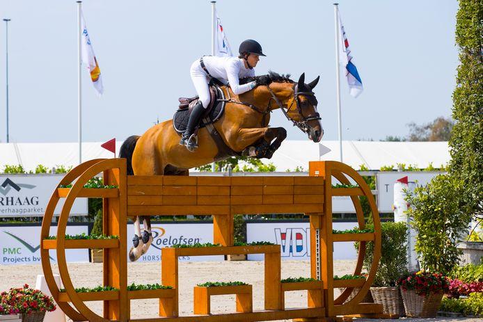 Kim Emmen vorig jaar tijdens het NK springen op De Peelbergen in actie met haar paard Jack van het Dennehof.