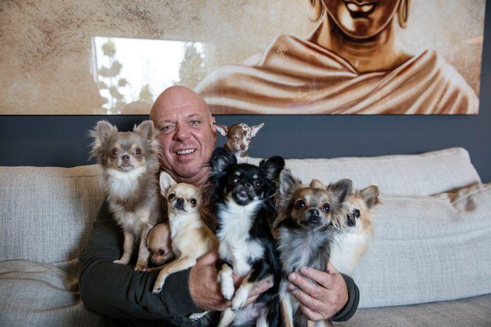 Peter Gillis enkele jaren geleden, met zijn zeven chihuahua's.