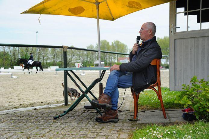 Jan de Kroo, de vader van accommodatie-eigenaar Martin de Kroo, is de ringmeester bij het concours. Bij hem komen de combinaties wel de bak in, maar niet eruit. Het is immers vanwege corona éénrichtingsverkeer.