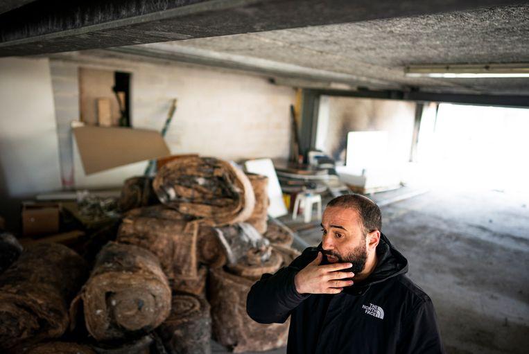 Fouad Khouakhi in het stuk van de moskee dat aangetast is door de brand. Beeld Freek van den Bergh