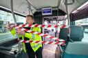 Omdat passagiers door rood-witte linten op afstand worden gehouden van buschauffeurs, kan er ter plekken geen kaartje worden gekocht. Dat werkt zwartrijden in de hand.