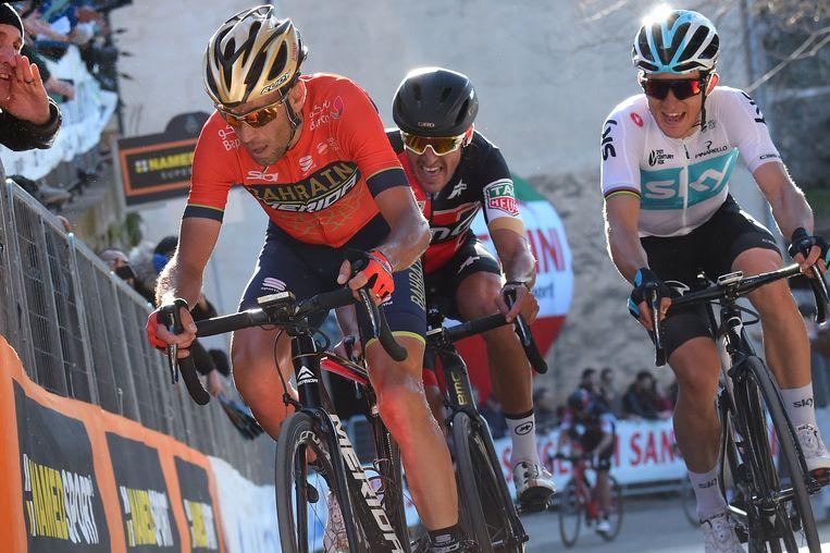 Met een grimas sleurt Van Avermaet (midden) zich omhoog, in het spoor van Nibali. Kwiatkowski (rechts) volgt ook op de klim in Trevi. Beeld Photo News