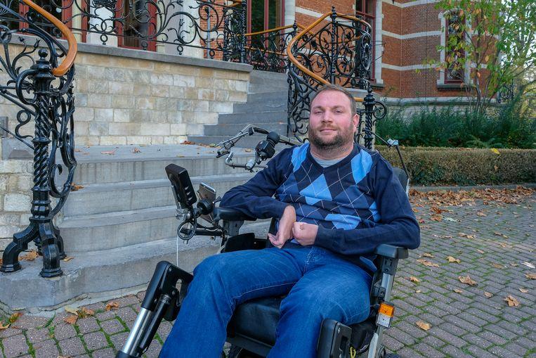 Jo Portois (36) kan met zijn rolstoel het gemeentehuis niet binnen. Nu hij bij CD&V verkozen is, moeten de gemeenteraden dus verhuizen.
