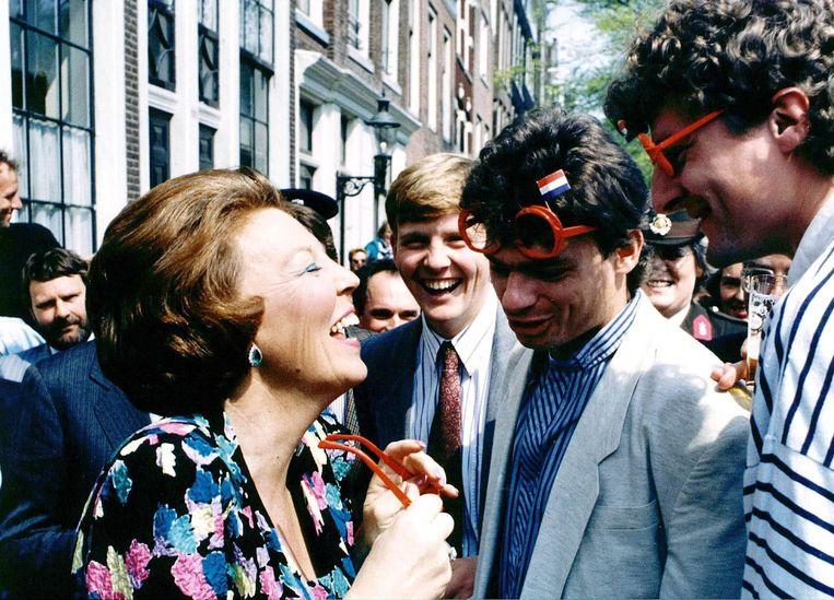 1988: Koningin Beatrix praat met studenten tijdens de viering van Koninginnedag in Amsterdam.  Beeld ANP