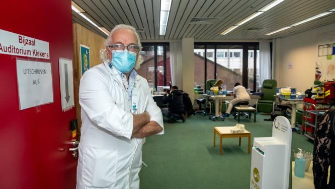 """UZ Brussel-medewerkers ontvangen Pfizer-vaccin: """"Stap dichter bij een meer onbekommerd leven"""""""