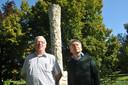 Theo Berendsen en Nico Einholz bij het monument van Hans Petri in het park, waar de herdenking 24 oktober wordt gehouden.