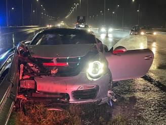 Porsche crasht tegen vangrail langs E403