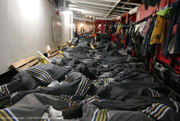 Bijna vijfhonderd migranten of vluchtelingen die voor de Libische kust gered zijn op de Middellandse Zee, wachten nog op een veilige haven om te ontschepen, in Malta of Italië.