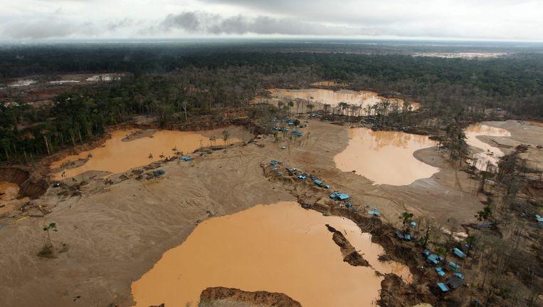 Een illegale goudmijn in het Madre dos Dios-gebied in de Amazone in Peru in 2014, gezien vanuit de lucht.