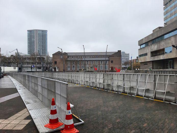 Het Stadhuisplein in Eindhoven was voor de 2 demonstraties van zondag al in 2 vakken verdeeld.