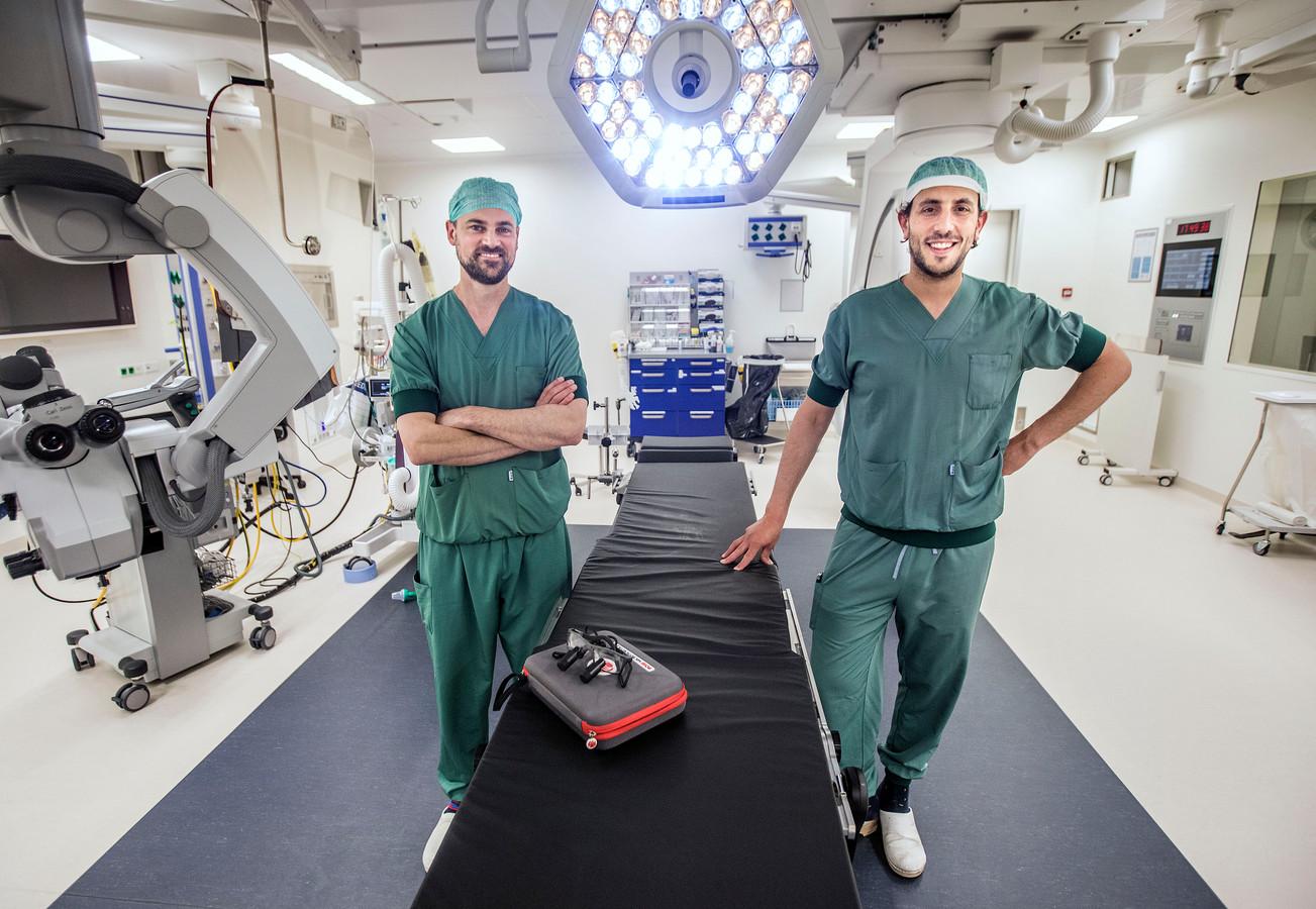 Traumachirurg Alex Leijdesdorff (rechts) en plastisch chirurg Wouter Willems in een operatiekamer in HMC Westeinde: 'Hand- en polschirurgie is steeds meer een superspecialisatie aan het worden.'