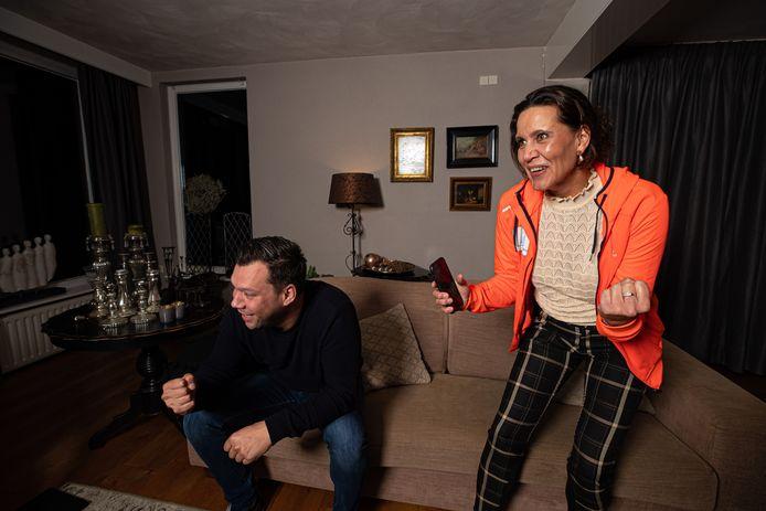 Gemeentebelangen-lijsttrekker Bregje Peijnenburg en Mike van Venrooij vieren de overwinning van de herindelingsverkiezing.