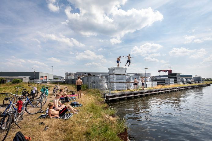 Jongeren genieten van het mooie weer op het industriepark in Vriezenveen. Achter het plezier schuilt bij een groot deel van de jeugd ook geestelijke nood.