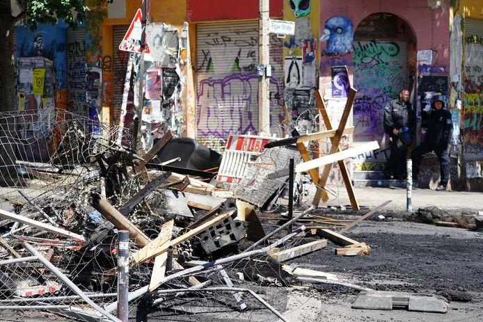 Politieagenten aan een verbrande barricade in de Rigaer Strasse.