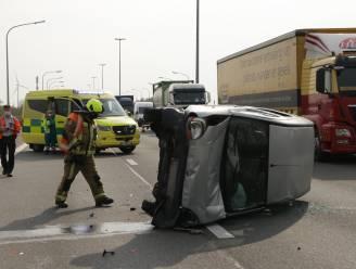 Bestuurder van bestelwagen verliest controle op E17: twee gewonden