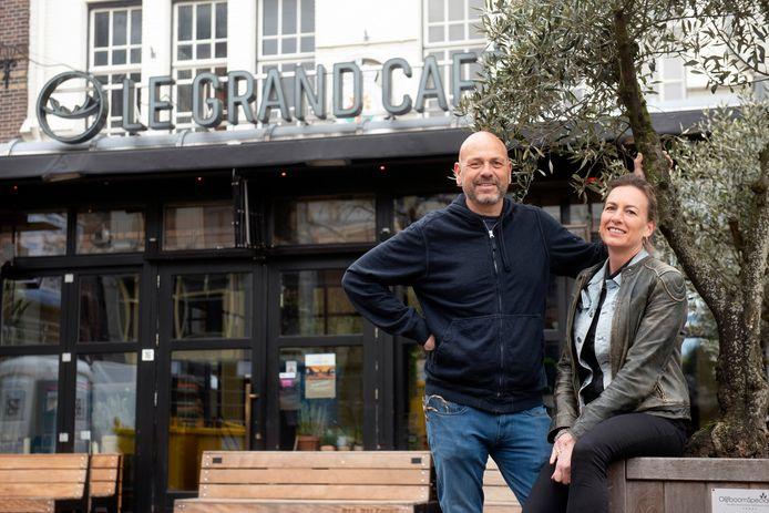 Martine en Armand Lüneman hebben allebei een horecazaak. Voor het echtpaar vallen nu twee inkomens weg.