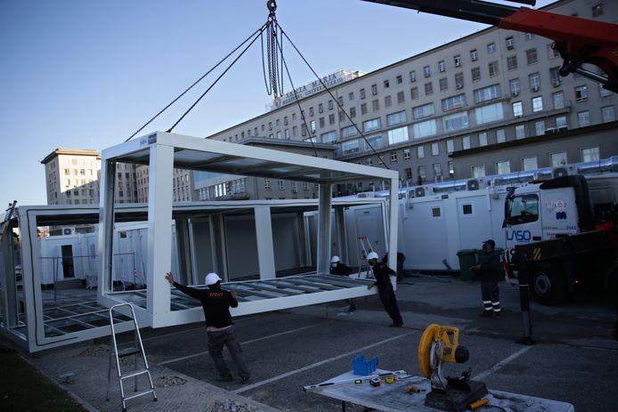 Nieuwe modules worden aangevoerd om de capaciteit van de corona-afdeling intensieve zorgen van het Santa Maria-ziekenhuis uit te breiden.