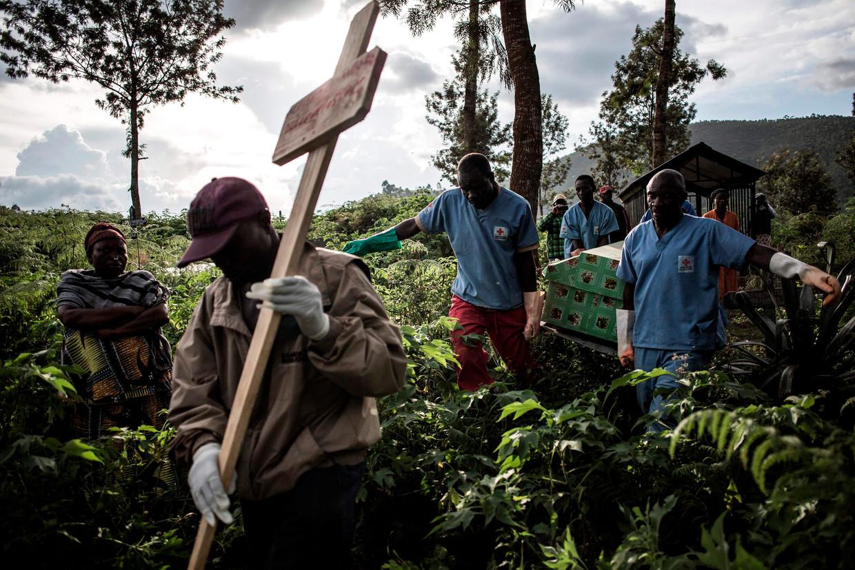 Begrafenis van een ebolapatiënt in Butembo, Congo. Uit de ebola-uitbraken vallen volgens Snowden waardevolle lessen te trekken over hoe de mens met epidemieën moet omgaan. Beeld AFP