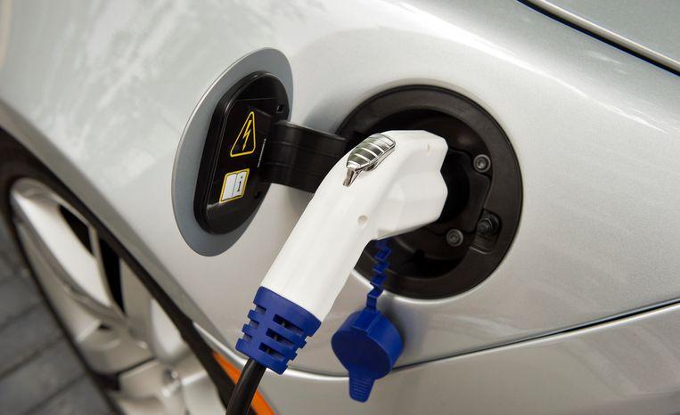 Een elektrische auto wordt opgeladen in het Nieuwe Rijden/ Elektrisch Vervoer Centrum in Rotterdam. In dit centrum worden bedrijven en consumenten voorgelicht over alle aspecten van elektrisch vervoer.  Beeld ANP