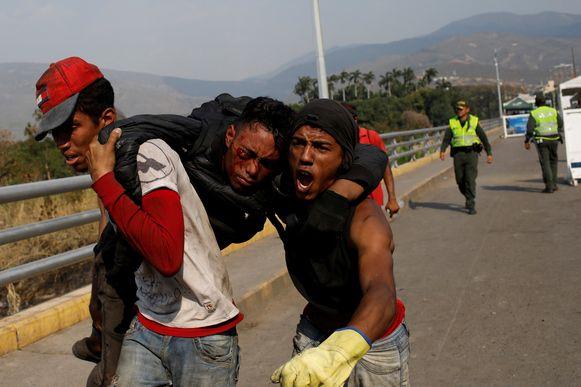 Gewonde betoger bij de Simon Bolivarbrug tussen Venezuela en Colombia gezien vanuit Cucuta in Colombia.