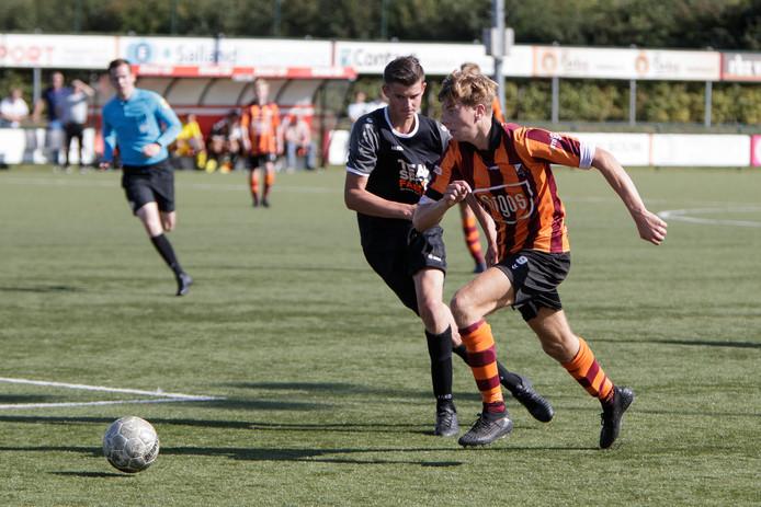 Jesse de Vries (r) in actie voor FC Zutphen, dat geen kind had aan Rijssen: 8-0.