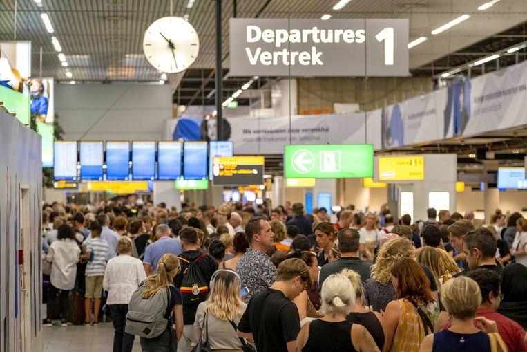 Tientallen vliegtuigen bleven door de tankstoring aan de grond, met gisteren duizenden gestrande reizigers tot gevolg.