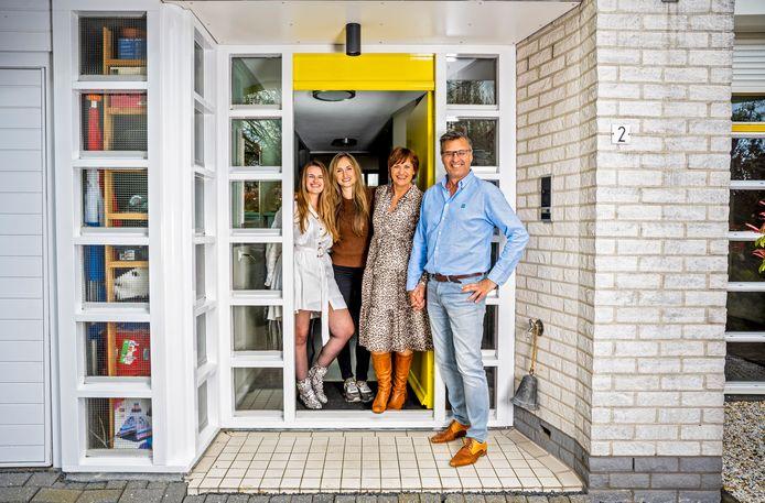 Journalist Cock Rijneveen liet 'zijn' moeders Frederique, Elifa en Jannie verrassen door All You Need Is Love en zichzelf.