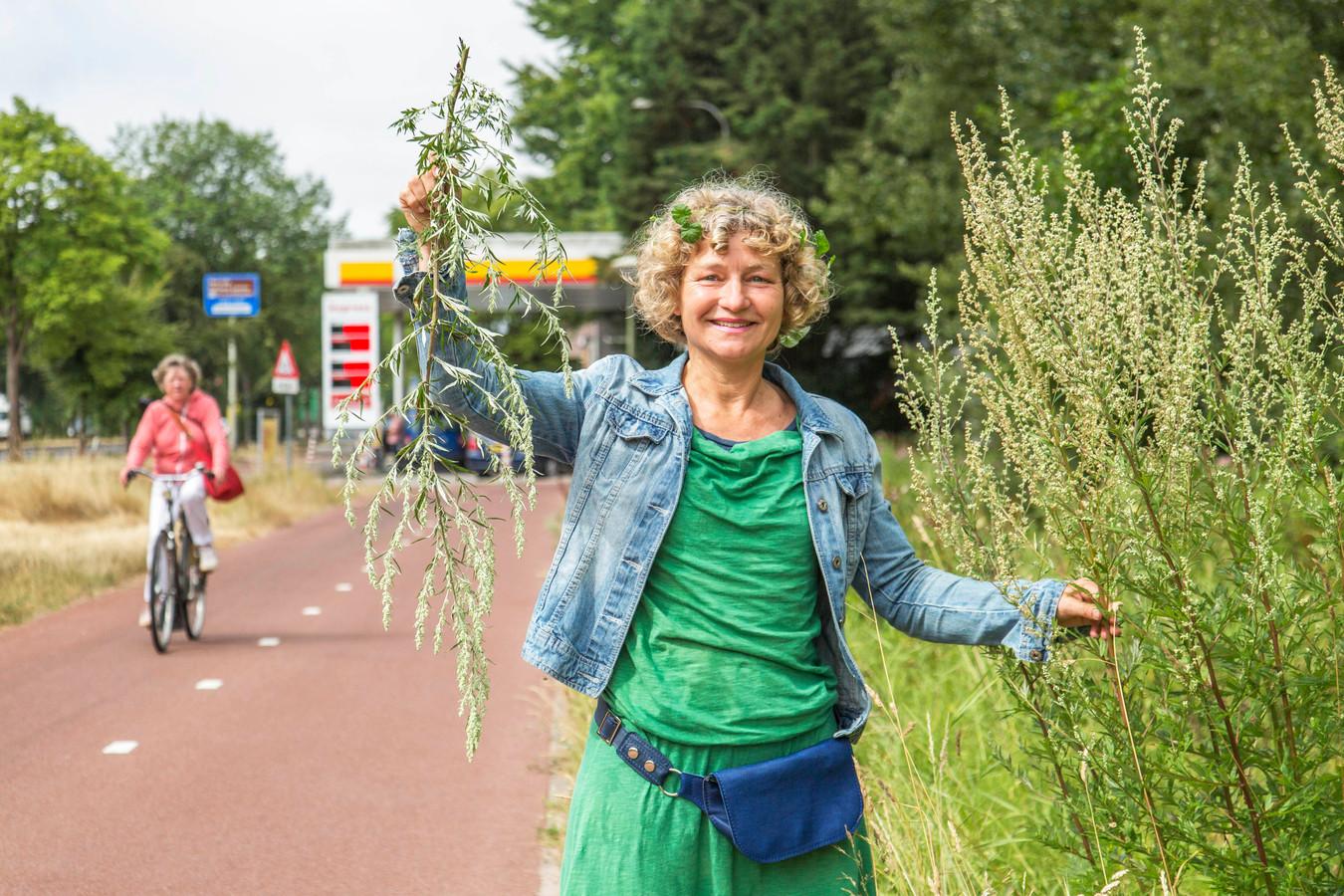 Tanja Hilgers met bijvoet in haar hand.