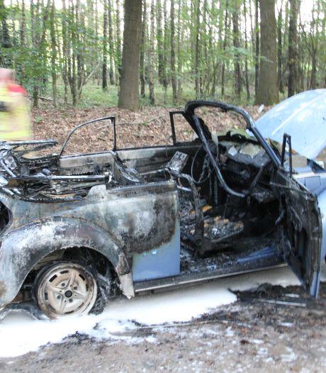 Kever cabriolet vliegt tijdens rijden in brand, bestuurder komt met de schrik vrij