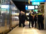 Man in gezicht gestoken in trein, dader op de vlucht