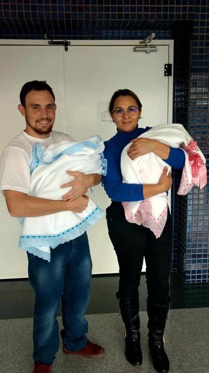 Muriel en de moeder van Frankielen nemen de tweeling voor het eerst mee naar huis.