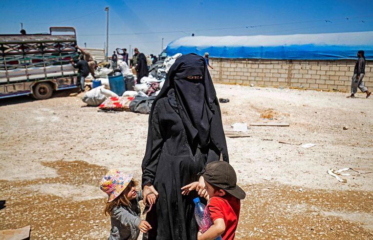 Een vrouw wacht op vertrek uit het Koerdische vluchtelingenkamp Al Hol in mei 2021.  Beeld AFP