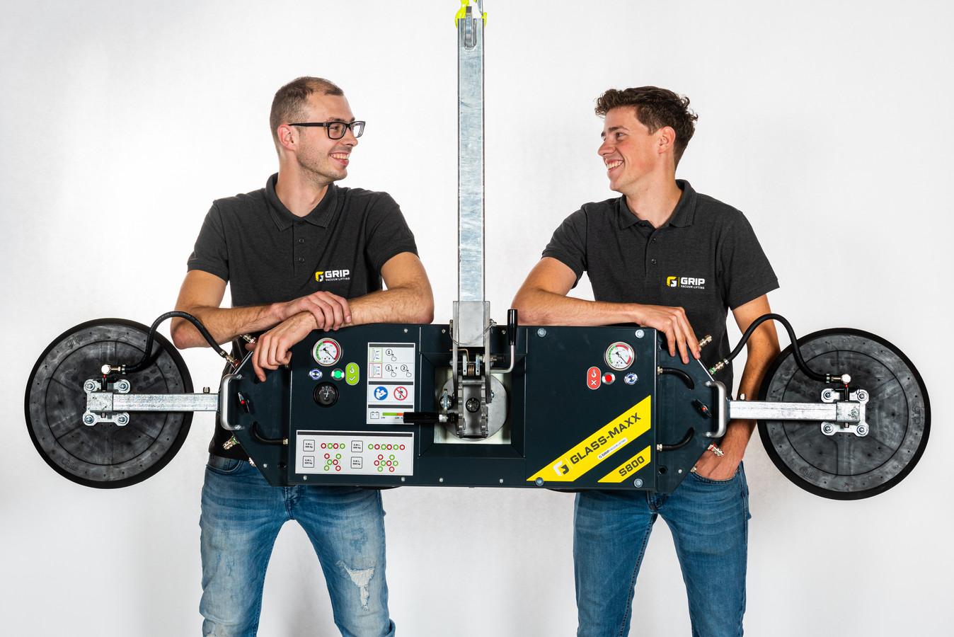 De broers Martijn (links) en Rik van Wijngaarden ontwikkelen met hun bedrijf Grip Lifting Equipment geavanceerde hefinstallaties voor glazen ruiten.