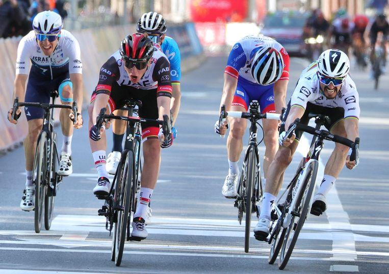 Tadej Pogacar, tweede van links, drukt zijn fiets voor Julian Alaphilippe (rechts) over de streep. David Gaudu (tweede van rechts) wordt derde, Alejandro Valverde vierde en Michael Woods (geheel links) vijfde.  Beeld AP